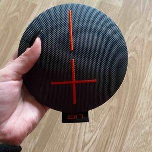 Liten (330g) vattentät högtalare med bra ljud. Perfekt och ha med sig i väskan eller på annat äventyr.  Den ansluts med bluetooth och har en speltid på 10 timmar. USB kabel följer med