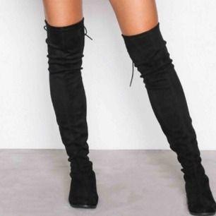 Nya Over Knee Boots. Endast testade. Säljes pga att jag inte använder dom.  Skorna är beigefärgade, inte svarta som på första bilden. Den första bilden visar hur skorna ser ut på..  • Storlek 37 • Köparen står för frakt!