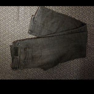 Ett par jeans i märkes nudie i färgen grå. Inte använda så många gånger. I storlek W29 L32.