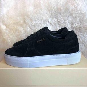 Helt oanvända svarta Axel arigato sneakers i storlek 36. Säljer pga för småa för mig, köparen står för frakten