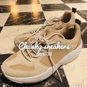 Beige snygg sko - Super skön - Super nätt - Super snygg  Använd 1 gång till tvättstugan   Nypris: 399kr  Säljes pga. För mkt skor