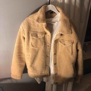 Jätte fin Teddy jacka i fint skick , knappt använd , köparen står för frakten