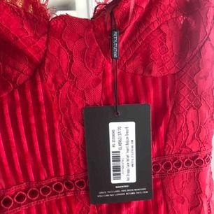 Helt oanvänd klänning fr Prettylittlething med lapparna kvar. Orgpris 300kr. Kolla min profil för fler bilder