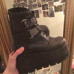:'( mina favvo skor från TUK. vet ej hur mkt dom e värda men köpte dom av en tjej som hade köpt dom begagnat för 1200. riktigt fynd!!