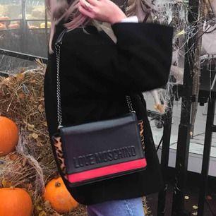 Intressekoll på min moschino väska. Finns knappt att få tag på längre! I fint skick!