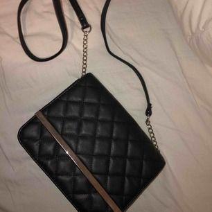 svart axel väska, väldigt fin o knappt använd