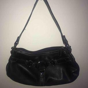 Säljer denna supersöta svarta handväskan med silverdetaljer då den inte kommer till användning 🥺 baksidan är helt slät, inga detaljer där bak💕frakt inräknat i priset, skriv för mer bilder🥰
