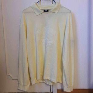 Ljusgul Umbro x sweet skbs tröja med inbroderade detaljer! Sitter oversize så mer en M/L