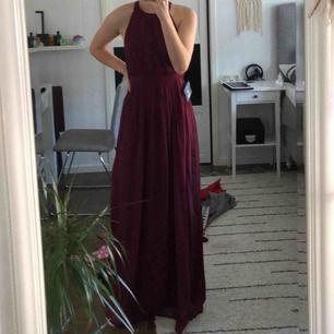 Vinröd balklänning från Nelly, använd en gång. Jag är 177cm och det var perfekt, men funkar perfekt om man är kortare och planerar att ha klackskor. Klänningen finns ej kvar på hemsidan. Nypris var 700kr, kom gärna med egna priser 💞💞