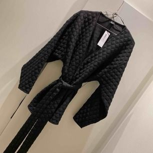 Oanvänd kimono från ginatricot. Frakt tillkommer 63kr