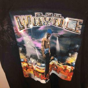 En cool, snygg och oldschool t-shirt från Urban Outfitters i New York med Lil Wayne 2001 tryck på ⭐️ Använd mycket fåtal gånger och är i mycket god skick 🧡 Pris kan diskuteras