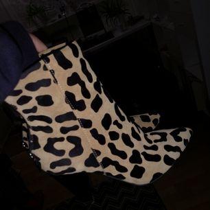 Mocka Leopard boots. Använt endast en gång! I bra skick. Äkta mocka.