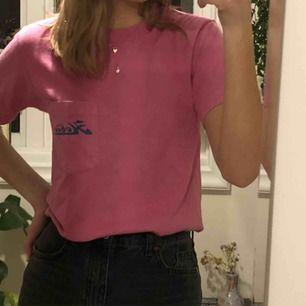 Cool tshirt med tryck där bak och på fickan där fram, köpte på beyond retro förra året och är helt oanvänd🥰🥰frakt ingår ej, kontakta för mer info!