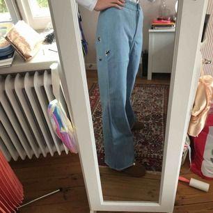 Dessa jeans gjorde jag själv och broderade in tre humlor på varje sida. Säljs eftersom jag personligen bara gillar högmidjade och dessa är mellan. De är endast använda en gång och är i fint skick😊 skriv direktmeddelanden för att se fler bilder