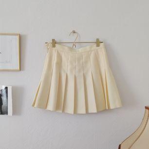 En tenniskjol från American Apparel i en ljusgul färg. Så fin och perfekt till vår/sommar. Skickar mot frakt! Kan även mötas upp i Stockholm :)