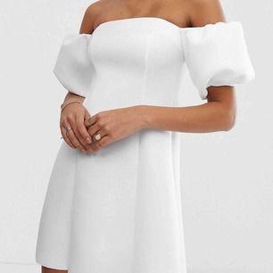 Superfin vit klänning med offshoulder och puffärmar, perfekt till studenten! Aldrig använd, endast testad. Från Asos, slutsåld på hemsidan. Skönt, lite tjockare material som är stretchigt.  Kan mötas upp i Umeå, annars kostar frakten🤩