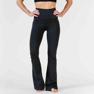 Yogapants från Nike i storlek xs, köpta för 499. Väldigt bra skick och använda 1 gång. Säljer för att det är för långa.