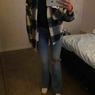 """SVINSNYGGA Flare jeans från Lee i modellen """"Breese Jade Jeans""""!! Sitter supersnyggt både fram och bak!! Bra i längden på mig som är cirka 172 men passar även 160-178 skulle jag säga!! Dom sitter som en S eventuellt liten M.💙💙"""