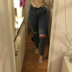 Supersnygga jeans från Bikbok som är nästan helt oanvända💜 Frakt tillkommer