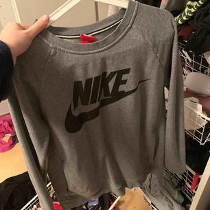 Nike sweatshirt knappt använd