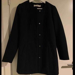 Världens finaste kappa. Säljs tyvärr för den är för liten för mig. Passar både XS & S fint!