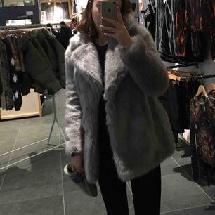 Skitsnygg grå jakke kappa köpt för 1500 på zalando förra året jättevarm och skön. Fake fur och använd några gånger men i superbra skick.