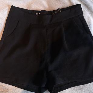 Svarta shorts i tyg med fickor fram, dragkedja bak. Högmidjade, storlek 32, men borde funka för 34/36 med då jag brukar ligga runt 34/36 i byxor. Använda lite till och från. 40 kr, exklusive frakt. Köparen står för frakten. 🤗