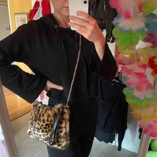 Leopard väska med guldkedja, perfekt storlek till utgång/fest!🖤🐆