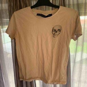 Vit t-shirt med döskalle tryck