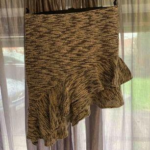 Sne skuren kjol med volanger dragkedja på vänster höft