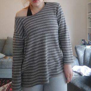 Asså världens mysigaste tröja, det finns inga lappar alls i den? Men uppskattar till stl L. Är lång och mysig. Snygg att stoppa in i byxor också. Frakt ca 50kr.skriv vid frågor eller vill ha fler bilder!