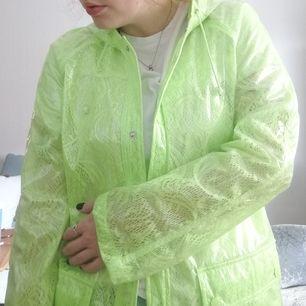 Neon-gul/grön regnjacka med spets från Topshop. Storlek 40. Perfekt om man vill lysa upp i regnet. Frakt ca 50kr. Skriv vid frågor eller om du vill ha fler bilder.