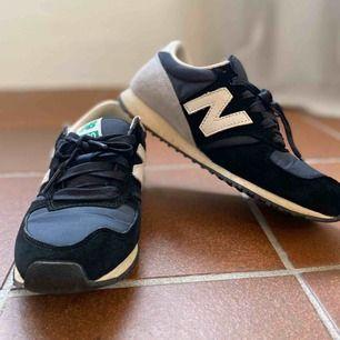 Sparsamt använda New Balance sneakers. Storlek 36, dock små i storlek så passar även en 35:a skulle jag tro. Köparen står för frakt!