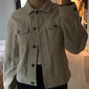 Trendig Manchester skjorta/jacka, perfekt till våren! Fint skick och funkar till allt. Storlek S, säljer pga att den inte kommer till användning 💕