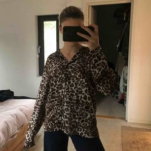 Cool pyjamas tröja i leopard från H&M, har använts som vanlig skjorta! Skön sammet, storlek M och funkar för de flesta storlekar. Säljer pga aldrig kommer till användning!