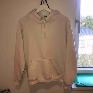Säljer min super fina basic elefantbens färgar hoodie, mer åt det vita håller dock! Men inte hel vit. Säljer på grund av för lite användning! 200kr ink frakt