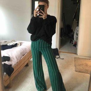 Randiga kostymbyxor från H&M, härligt material och sitter perfekt. Storlek 34. Säljer pga att de aldrig kommer till användning!