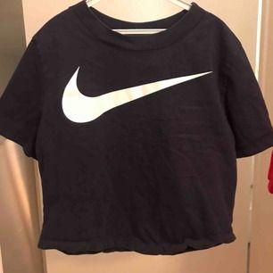 En jättefin sport tröja från Nike storlek s men passar också xs. Bra skick.