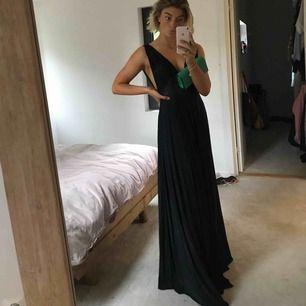 Intressekoll! Undrar om någon skulle vara intresserad av denna balklänning inför balen nu i sommar? Passar mig är S/36, svart och köpt från nelly.com