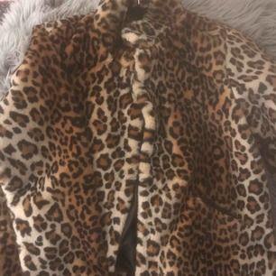 Jacka med leopard mönster mysigt material Använd fåtal gånger, nyskick Passar upp till storlek xl och snygg som oversize jacka! 210 kr + frakt