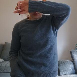 Blå pullover fr Levi's stl S. Använd ett gäng gånger men är i fint skick! Skriv vid frågor och skriv om du vill ha fler bilder! Frakt ca 50kr