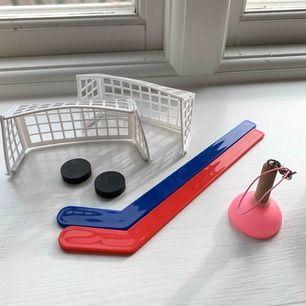 Ett roligt hand-ishockey-spel och en sugpropp som jag tror ska användas till mobilen.  Sugproppen säljes för 10kr och ishockey spelet för 15kr. Allt för 22kr. Frakt tillkommer. Kontakta mig gärna vid frågor🥰