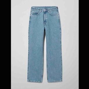 Jeans från Weekday i modellen Rowe. Inte jättemycket använda så i bra skick! Möts i Stockholm eller så betalar köparen frakt. Skriv för fler bilder