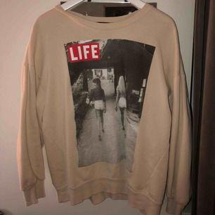 Säljer denna skit snygga sweatshirt som endast är använd 1 gång då beige inte är min färg tyvärr, 175kr ink frakt