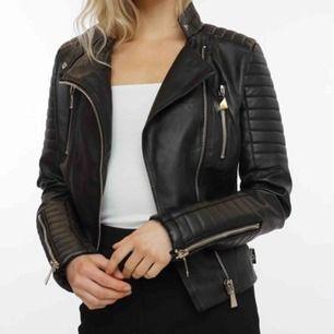 Denna populära Moto jacket från chiquelle, innertyget i ryggen har börjat gå upp men inget som syns utifrån eller känns