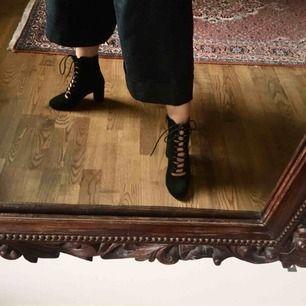 Tuffa boots som är på tok för små för mig. Spicar upp vilken outfits som helst! Du står för frakt eller så möts vi i Stockholm ⭐️