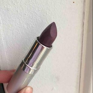 Läppstift i fin lila färg från Viva la diva. Nyskick, bara testat ☺️