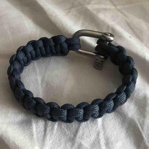 Såå snyggt och trendigt marinblått armband. Silvriga detaljer, ej justerbar storlek. Säljer pga för stor för mig tyvärr :( Nypris 199:-