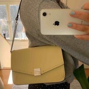 Säljer denna jättefina väska från Zara som är perfekt nu till våren!🧚🏼♀️ har ett långt band som går att göra kortare som på bilden. Köpare står för frakt!