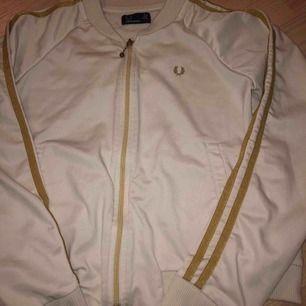 Super fin tröja från Fred Perry. Står storlek 42 men är verkligen inte i den storleken utan som en S. Är i jätte bra skick!
